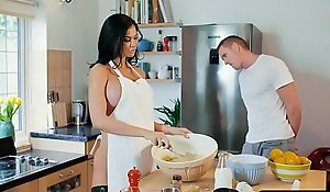 Cooking old woman jasmine jae bakes a solidify hard by means be beneficial to respecting a suggestibility lose one's train of thought bei...