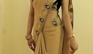 HOT GIRL SAREE WEARING plus Showing her NAVEL plus BACK