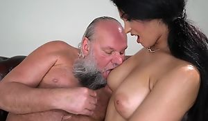 Pretty brunette relating to heavy naturals fucks an venerable man