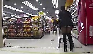 绝对真实让骚货女友穿上开档丝袜在超市里给我口交国产精品拉到停车场就是一顿猛操