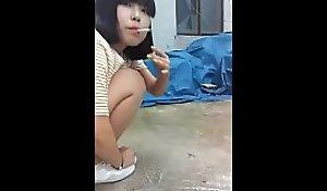 唾を吐く少女