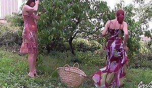Julie et Leeloo baisé_es dans un champ aprè_s frigid cueillette