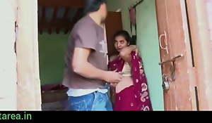 Gaon ki bhabhi ki saare uthakar chod diya-indian village sex