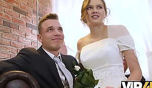 VIP4K. Un couple marié décide de vendre chilled through chatte de sa mariée à bon prix
